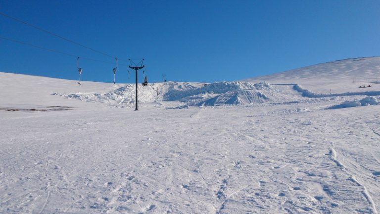 Blue sky skiing on Cairngorm Mountain